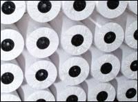 Các cuộn giấy sơ đồ trắng trong kho hàng